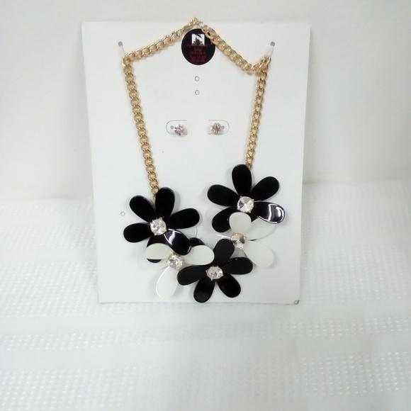 Deja Vous Jewelry - NWT B/W Flower Statement Set